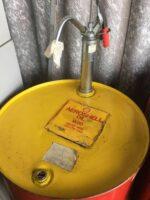 Fut d'huile AeroShell W80 avec pompe à main ||  Fass AeroShell W80-Öl, mit Handpumpe